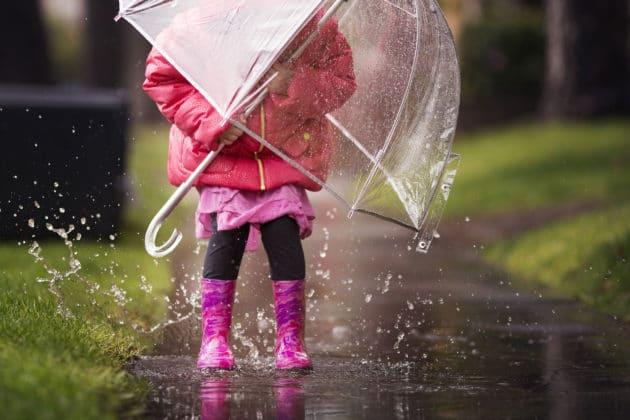 enfant sous la pluie