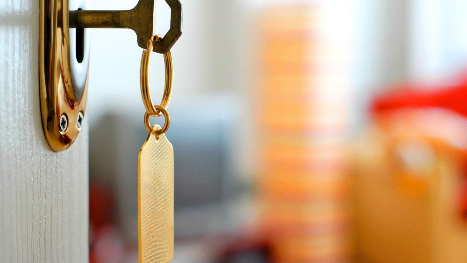 photo d'une clef sur une porte