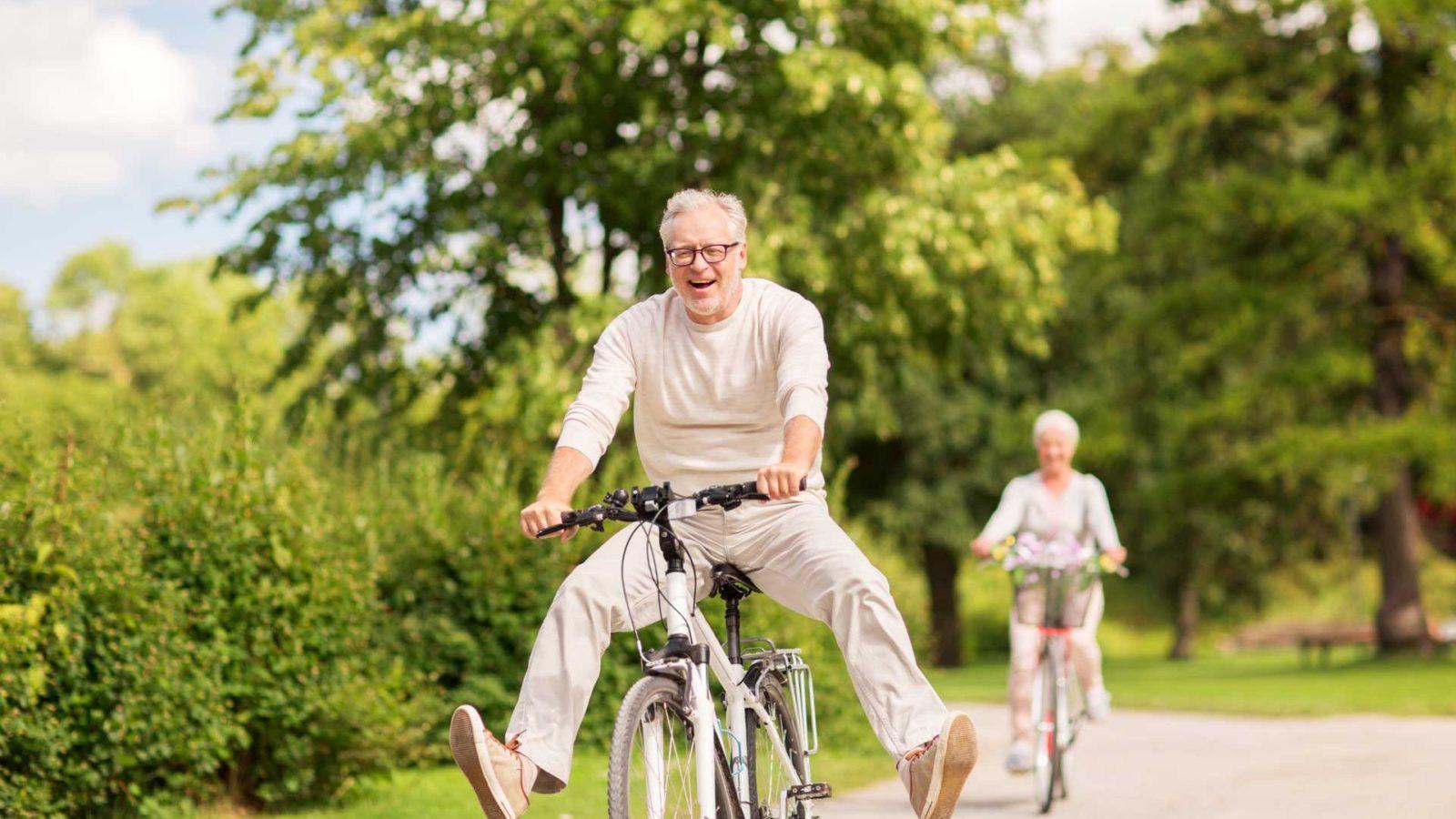 personnes faisant du vélo